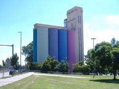 El macro es el resultado de haber conformado la colección de arte argentino contemporáneo más importante del país. Su contundencia requirió un espacio que se adecuara a una concepción diferente de museo que