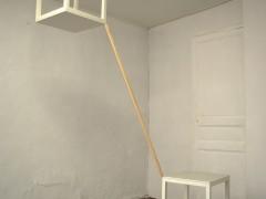 2 mesas atrancadas entre el piso y el techo en diagonal