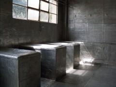 Ex ESMA. Membrana asfáltica aluminizada sobre mobiliario, piso, paredes y cielorraso  originales de un aula.