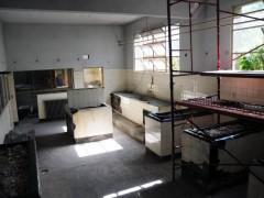 Ex ESMA. Membrana asfáltica aluminizada sobre mobiliario, piso, paredes y cielorraso  originales de un aula