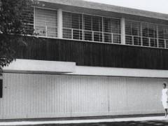 Adriana Siqueiros frente a la Casa