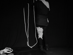 Algo concreto (Quelque chose de concret) est une oeuvre qui présente une suite de petits mouvements et d'actions simples et soutenues, réalisés par une personne en fonction des éléments disposés ad hoc pour leurs manipulation. Se dessine peu à peu une mise en scène proche de l'acte théatral et lithurgique. Une dialectique presque évidente se déploieà travers une série de contrastes: dedans et dehors, blanc et noir, couvert et découvert, quelque chose qui entre et quelque chose qui sort, etc.