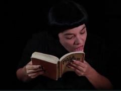 « Dans cette performance, j'interroge la manière dont la société est contrôlée subtilement par d'autres discours. Le savoir est une forme de pouvoir. Au travers des discours, son influence est forte, elle crée un réseau de contrôle sur le corps individuel et ses désirs. Il s'agit ici d'une performance dans laquelle j'interagis physiquement avec des livres sur le pouvoir et la sexualité. Mon action consiste à tourner les pages des livres et à les lécher, surlignant avec ma langue chaque mot, chaque page et chaque phrase. Le temps passe et ma langue prend le contrôle sur tout le livre. Avec ce geste, l'oralité tente de survivre au discours. Par ce biais, je souhaite mettre l'accent sur l'action orale, tout comme sur les expériences éphémères qui résistent à la disparition. »