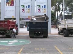 Action Sonore. Trois camions, partiellement chargés de déchets et des microphones. Les micros captent les bruits amplifiés des déchets soulevés, remués et déversés à l'intérieur des camions par les ouvriers. L'œuvre met l'accent sur la futilité et le gaspillage de l'énergie mise en œuvre pour remuer les déchets et produire du bruit de manière répétitive et sans objectif. Une métaphore des processus sociopolitiques récents au Mexique.