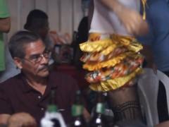 Se la bailo! est une exploration, entre performance et activisme, d'une pratique culturelle appellée « La Gigantona », née en réaction à la colonisation espagnole. À cette tradition, le syncrétisme contemporain ajoute un nouveau personnage : un travesti qui rejoint la Gigantona pour animer la nuit. Barahona sort danser avec La Gigantona dans un acte de résistance, expérimentant sa propre lutte en tant que « terroriste du genre » à Managua.