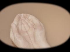 Deux mains forment un récipient, entre l'offrande et le récipient, elles tentent de contenir sans renverser. Constituées de la substance qu'elles accueillent à l'état liquide, lentement, les mains se fondent dans ce magma, jusqu'à disparaître complètement. La vidéo interroge les limites de la peau et la distance à l'autre que notre corps peut supporter.