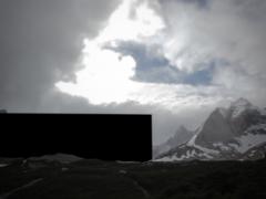 Dans EDF, les paysages chiliens du Parc national Torres del Paine (Patagonie) sont les principaux protagonistes. Au cours du film, les paysages disparaissent progressivement au profit d'un « bloc noir monumental » qui croît et se substitue peu à peu à eux. Ce que nous voyons finalement est similaire à la logique du « fondu au noir », avec cette différence qu'ici, il n'y a pas que l'image qui disparaît dans le noir, mais aussi la topographie qui est engloutie graduellement.