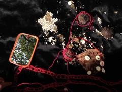 """Prenant la forme d'un portrait, ces vidéos explorent les esthétiques andines. """"Tirsa"""" est la présentation de Tirsa Chindoy, une artiste Inga-Kamëntsa qui travaille avec des fils, des graines, des feuilles; """"Pingullo"""" dépeint Daniel Guayasamín, un artiste Kichwa-métis qui recherche et crée à partir du théâtre anthropologique."""