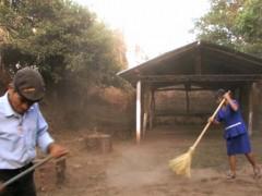 """""""La Barrida"""" représente un groupe de vingt ex-combattants qui ont connu des épreuves traumatiques durant la guerre civile au Salvador. Ils balayent les ruines de l'église d'Aguacayo, rare exemple encore visible des destructions causées par le conflit armé dans le pays. À travers ce geste de nettoyage, l'artiste invite chacun d'eux à se défaire des douleurs du passé, mais en fin de compte, l'action demeure absurde, car la saleté se soulève et complique leur tâche."""