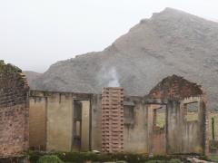 Un paradoxe: une cheminée allumée à l'intérieur d'une ruine dans une lande peu peuplée. Un poêle, qui ne chauffe ni cuit ne rien, symbolise des difficultés rencontrées par ceux qui s'isolent volontairement du refuge technique offert par la ville.