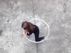 La vidéo est une adaptation d'un court-métrage en 8 mm dans lequel une jeune femme, vue du dessus, exécute une chorégraphie avec des cerceaux. Le rythme, la simplicité et l'élégance de sa danse, nous donnent à voir un cercle en perpétuel mouvement.