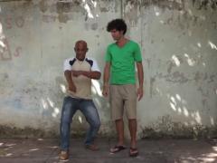 Son en Señas est une performance participative, une création collective qui explore la poésie à travers la langue des signes en collaboration avec l'Association nationale des sourds de Cuba. La performance fut réalisée durant la Biennale de La Havane. L'idée était d'écrire de la poésie depuis la langue des signes et inversement, d'interpréter des poèmes de la littérature orale et écrite en langue des signes.