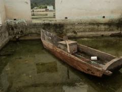 « Mes grands-parents racontent que l'eau a sa propre vie. Les hommes n'ont pas respecté le lac Atitlán, et ils ont commencé à construire des maisons sur ses rives. Avec le temps et après le passage de plusieurs ouragans, le niveau de l'eau est monté et a inondé de nombreuses maisons. Mon intervention sur l'une de ces maisons vise à montrer la force de Mère Nature, la nostalgie de ce qui passe, et la certitude que les choses se répètent. J'aime faire des interventions dans le paysage, pourquoi? car c'est le miroir de l'homme. »