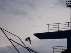 Dans une des scènes emblématiques du documentaire « Oiga Vea! » (Luis Ospina et Carlos Mayolo, 1971), la caméra filme un plongeur et effectue un zoom arrière révélant une foule en expectative, qui, bien que située à l'extérieur de l'eau, ne veut rien manquer du spectacle sportif. 35 ans plus tard, le collectif Maski revient au même endroit pour filmer la même scène.