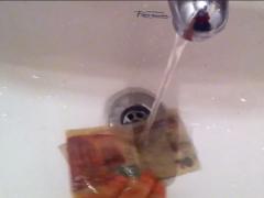 Nina Kovensky travaille autour  des gestes simples et parfois absurdes de la vie quotidienne. Dans « Ud.  está así » (Vous êtes ainsi), une vidéo enregistrée avec une caméra Lo-fi dans sa propre salle de bain, l'artiste lave un billet de dix pesos d'une main, tandis que de l'autre elle tient la caméra. À travers une image brute, pleine d'humour et d'ironie, l'artiste aborde une série de problématiques liées aux systèmes économiques et de production existants, ainsi que les possibilités d'éviter de s'emmêler dans leurs toiles.