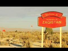 """En 2005, Zaq Landsberg a acheté huit hectares de terres désertiques dans l'État de l'Utah (États-Unis) via ebay, et les a déclarés """"République du Zaqistan"""". Au cours des huit dernières années, lui et un groupe d'artistes, naturalisés zakistanais, ont construit une série de monuments au milieu du désert. En janvier 2012, le Zaqistán a établi sa première ambassade dans le monde, occupant La Ene pendant un mois et demi, délivrant des citoyennetés et des passeports et menant des actions dans plusieurs points de Buenos Aires. L'ambassade a présenté une exposition sur l'histoire du Zaqistán. Cette vidéo fait partie de la collection de La Ene: réalisée par Sofía Gallisá Muriente, une collaboratrice zaqistanaise, y sont présentés quelques éléments de cette histoire."""