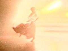 Réitération technologique infinie (et rituelle) d'un seul geste de danse, capturé par la caméra lors de la présentation de la chorégraphie du même nom fait par le groupe Íntegro en 1995. Il s'agit d'une allusion à la Dame d'Ampato, la Ampato Colla, connue de manière aberrante comme Juanita: une jeune Inca sacrifiée il y a des siècles à la terre et à ses éruptions, mais profanée par le spectacularisation des médias et les simulacres de la politique. Cette vidéo a été éditée spécialement pour l'exposition «Yo no me llamo Juanita» organisé par Micromuseo en 2005 à la galerie Luis Miró Quesada Garland à Lima.