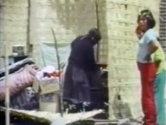 Vidéo exposée dans une maison de nattes dans le cadre de l'installation conçue pour la série d'expositions «Vínculos» (Liens) dans la Galerie Trapecio, à Lima. Avec le sous-titre pluriel de «Exilios» (Exils), réalisée en 2000 - année millénaire - l'installation associait les persécutions et les errances des juifs et des andins, la souffrance historique et exemplaire de deux peuples choisi. En particulier, les migrations paysannes forcées dûes à l'extrême violence de la guerre incivile (1980 - 1992) péruvienne.