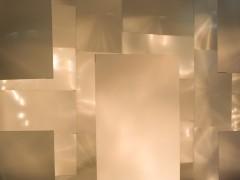 INTROFOTOSENSIPROYECTA. Lentes de aumento de acrílico de televisores de plasma,  luz, navideña, luz negra, strobe,  sensors de movimiento. 500cm x 700cm x 500cm, 2005, MCASD,  Museo de Arte Contemporáneo de San Diego.San Diego, CA.