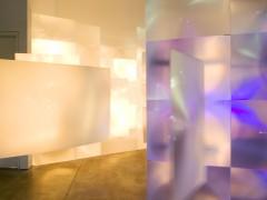 INTROFOTOSENSIPROYECTA. Lentes de aumento de acrílico de televisores de plasma,  luz, navideña, luz negra, strobe,  sensors de movimiento. 500cm x 700cm x 500cm, 2005.
