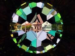 Olafur Eliasson, Your Shared Planet, 2011, vidrio con flitro de colores, espejos, aluminio y acero inoxidable.