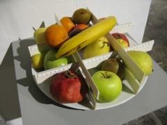 Gabriel Sierra, Untitled (Support for Math Class/Sin título (Soporte para lección de matemáticas), 2007, reglas, plato y frutas, dimensiones variables.