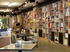 El espacio también cuenta con servicio de bar y cocina de autor.