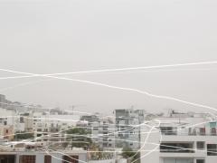 Cartographie de vol d'oiseaux au sein d'un cadre donnant sur le quartier Miraflores de Lima, où l'on peut voir une variété de bâtiments, maisons, antennes, arbres et grues de construction. Le tournage s'est déroulé sur une semaine, du vendredi 17 au vendredi 24 juin 2016, de 8 h à 9 h. Ce que nous observons, ce sont vingt-quatre fragments, vingt-quatre vols d'oiseaux observés pendant ces sept jours d'enregistrement. La chanson Seeking the Way, du musicien tibétain Nawang Khechog, accompagne la vidéo.