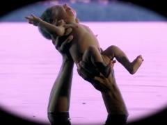 """Exploration de la sexualité amazonienne à travers l'histoire d'une jeune fille harcelée par un dauphin rose. Le dauphin d'eau douce rose a des résonances mythiques dans la tradition populaire de la jungle péruvienne. C'est presque le résidu magique """"du temps où les humains et les animaux ne faisaient encore qu'un"""", phrase qui servit de titre à une exposition collective organisée par Christian Bendayán en collaboration avec Giuliana Vidarte."""