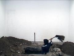 « On dirait des huaqueros, au lieu de voir les choses avec plus d'objectivité », clamait Ántero Flores-Aráoz en 2003, utilisant ce terme propre aux pilleurs de tombes (huaqueros) qui profanent les cimetières préhispaniques au Pérou. Le député d'alors caricaturait les enquêtes rigoureuses initiées par la Commission de Vérité et de Réconciliation pour exorciser les traumatismes de la violence extrême qui avaient déstabilisé le pays au cours des deux dernières décennies. Sept ans plus tard, peut-être involontairement, Giancarlo Scaglia subvertit l'intentionnalité biaisée de ces déclarations en les rendant trop littérales. Ce n'est en apparence qu'une tombe vide qu'il creuse jusqu'à l'épuisement dans le sol de son atelier durant les 155 minutes que dure la vidéo originale.